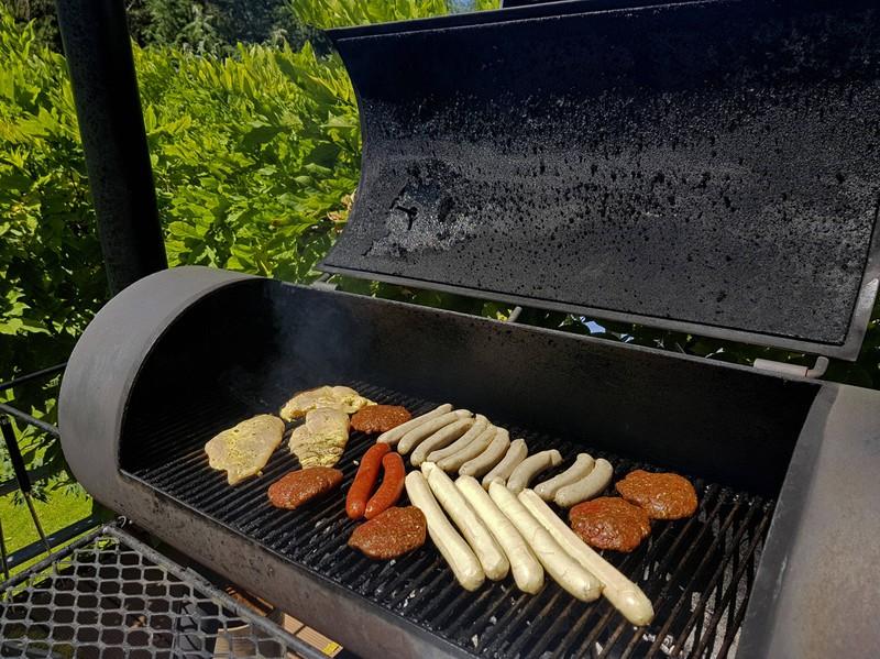 Auf einem Holzkohlegrill kann man gut grillen