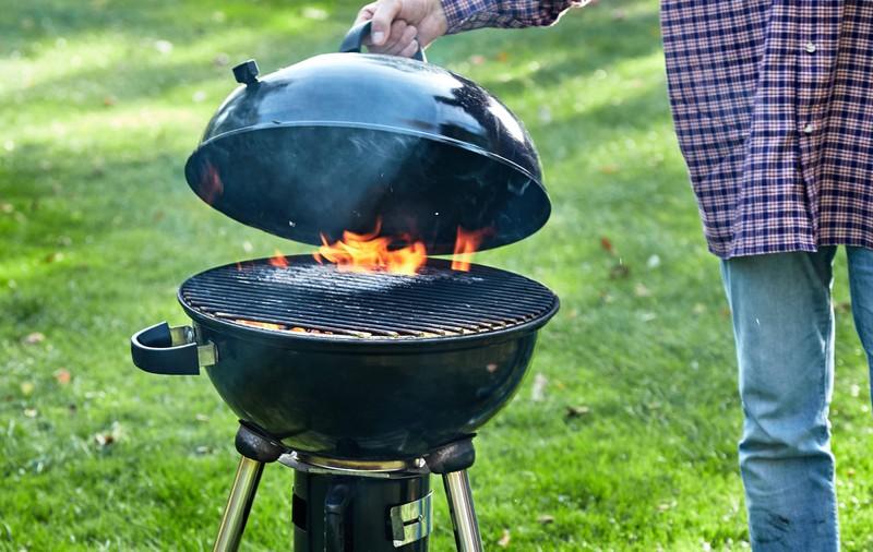 Viele Griller schwören auf den klassischen Holzkohlegrill mit seinem rauchigen Geschmack.