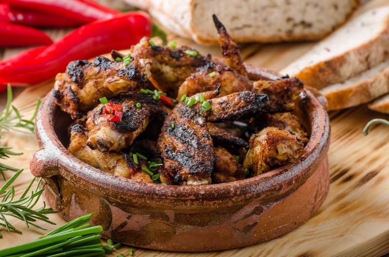 Gegrillte Chicken Wings mit Chili Sauce sind besonders scharf und Teil einer Challenge