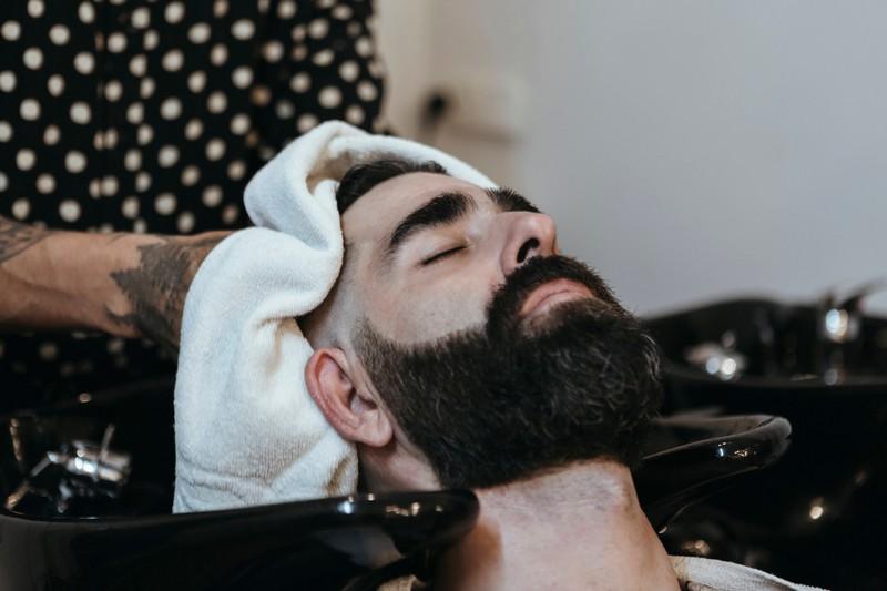 Ein Mann hat sich beim Frisör einen Sommerhaarschnitt machen lassen