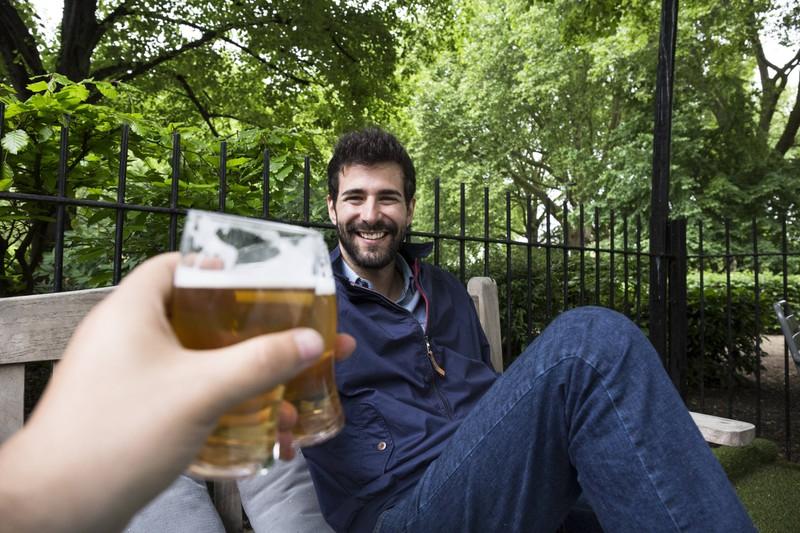 Laut einer Studie ist das Ausgehen mit Freunden für Männer gesundheitsförderlich.