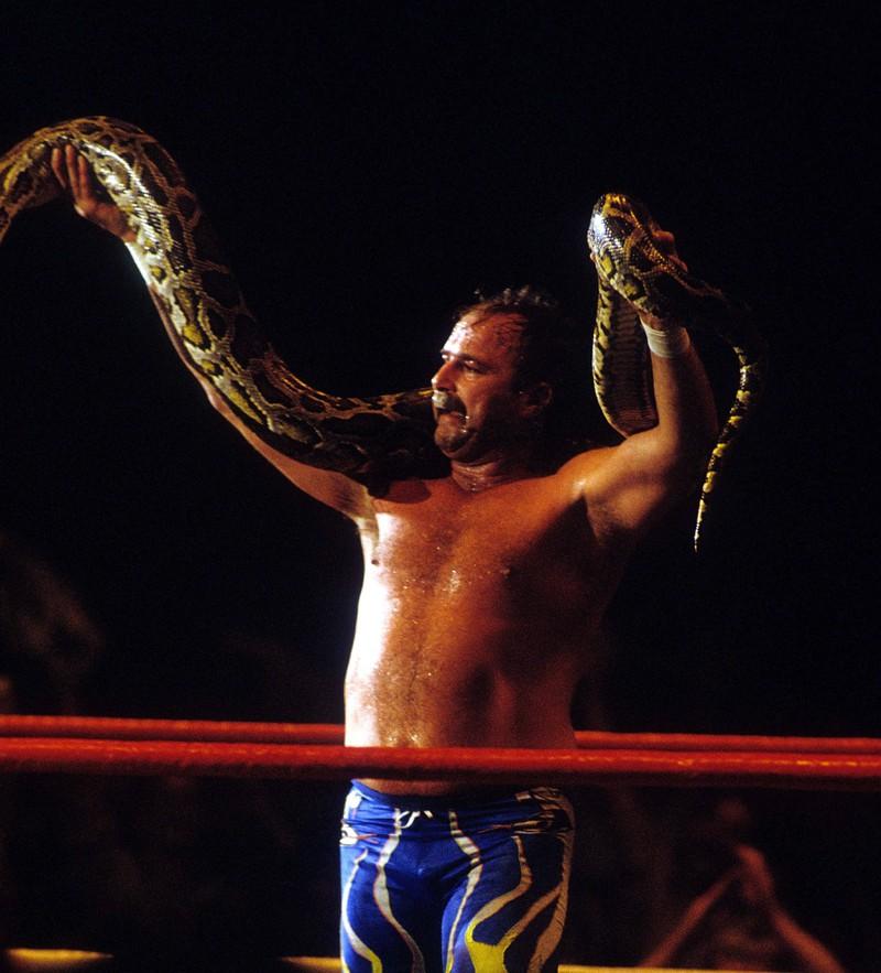 Der Wrestler mit der Schlange.