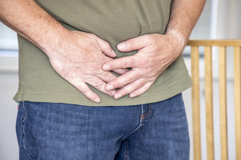 Immer mehr Bauchfett könnte ein Symptom für Testosteronmangel sein.