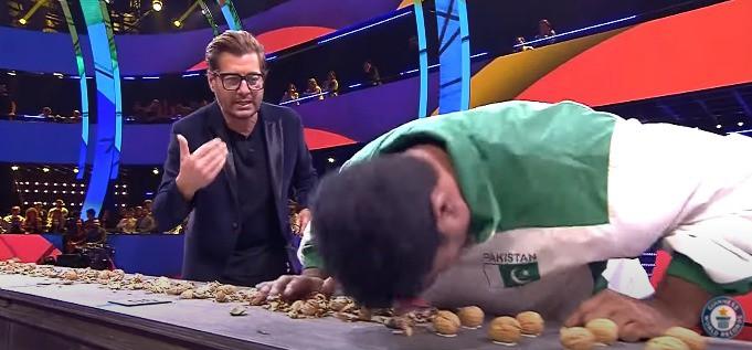 Muhammad Rashid möchte auch den Weltrekord knacken und öffnet dafür die Nüsse mit seinem Kopf