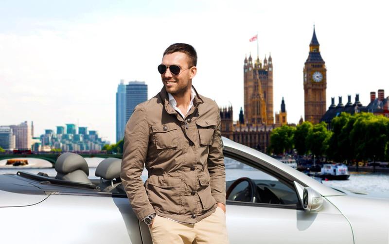 Ein Mann posiert vor dem Big Ben als Profilbild für Tinder