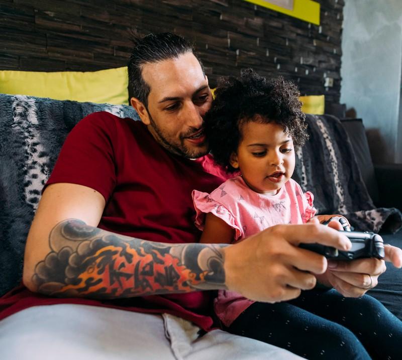 Ein Mann spielt mit einem Kind