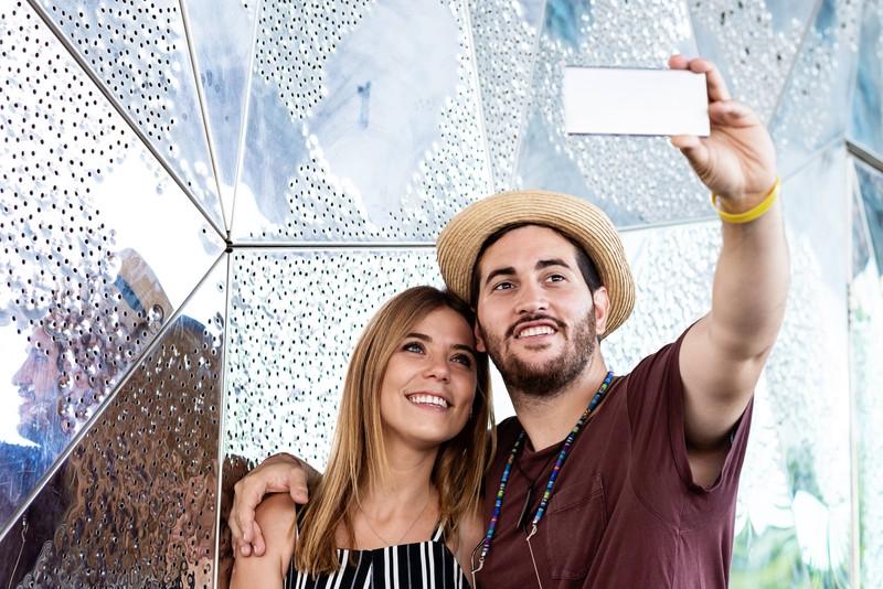 Ein Mann und eine Frau machen zusammen ein Selfie für Tinder