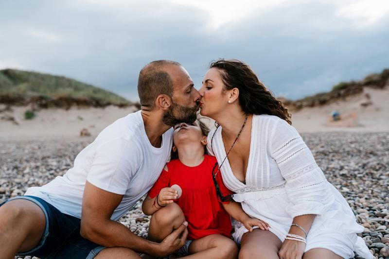 Ein Elternpaar küsst sich
