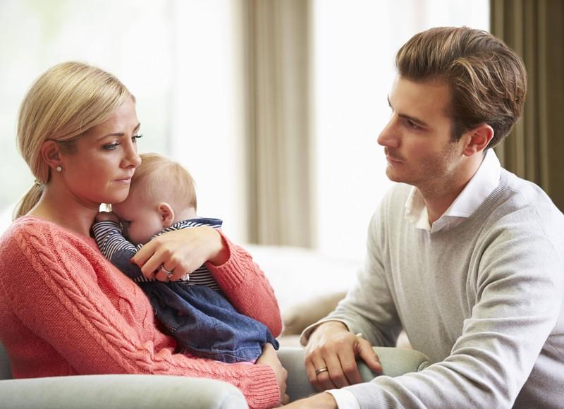 Ein Paar mit Kind leidet unter Beziehungsproblemen