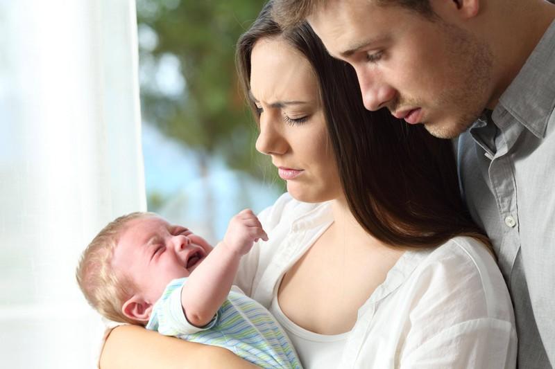 Ein Paar muss sich jetzt nach seinem Baby richten