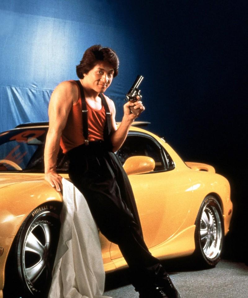 Der Schauspieler Jackie Chan mit einem Auto