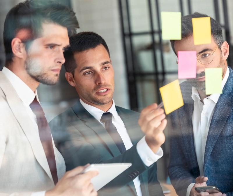 Drei Männer diskutieren über Ideen