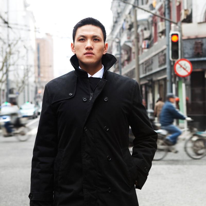 Ein Mann geht auf einer vollen Straße alleine voran