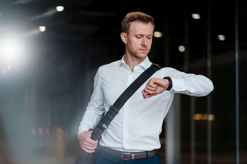 Ein Mann schaut auf seine Uhr: Jetzt ist er am produktivsten