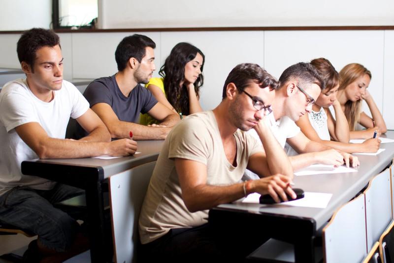 Studierende während einer Prüfung