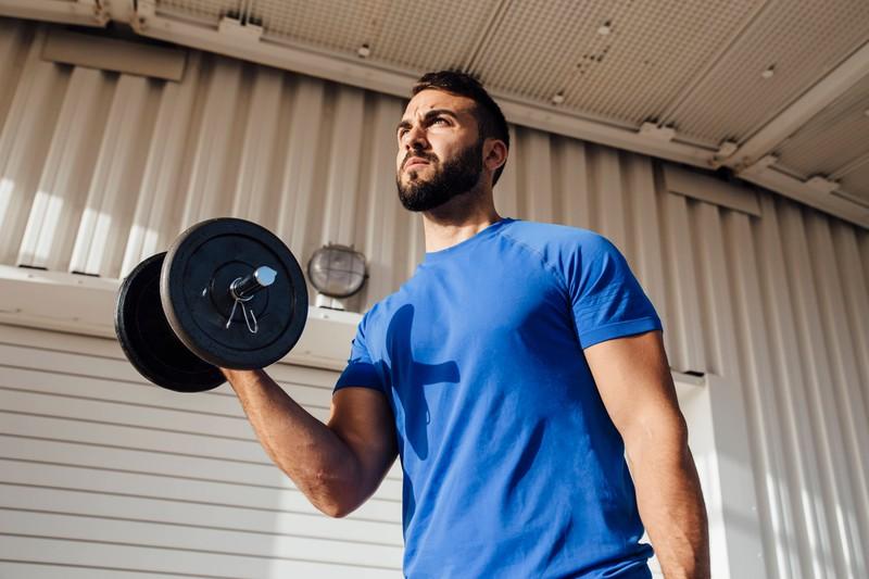 Ein Mann macht Sport um Muskeln aufzubauen