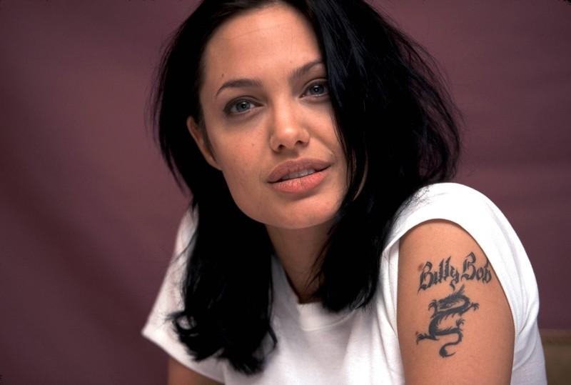 Angelina Jolie trug ein Namenstattoo