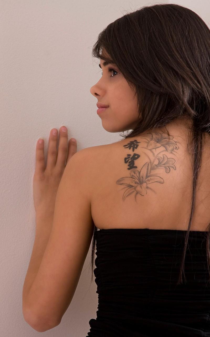 Eine Frau hat chinesische Schriftzeichen auf dem Rücken