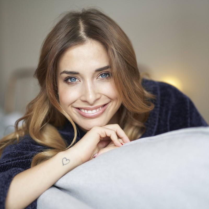 Eine Frau trägt ein herzförmiges Tattoo