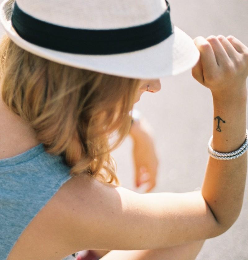 Eine Frau trägt einen Anker als Tattoo