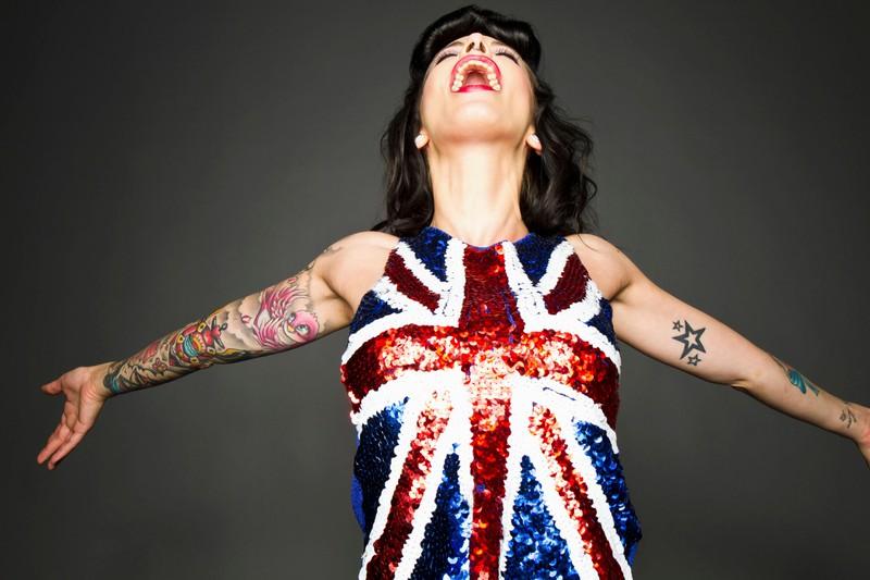 Eine Frau trägt Sternentattoos