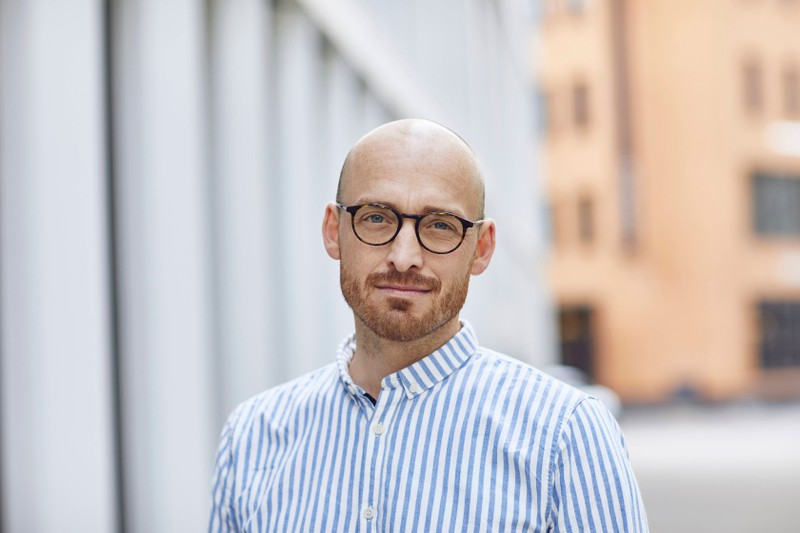 Ein Mann zeigt sich selbstbewusst mit Glatze