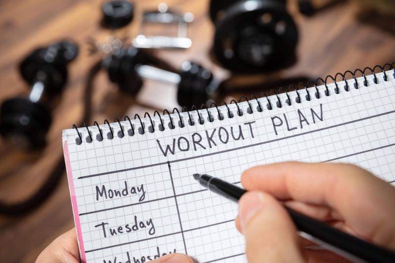 Ein Mann erstellt einen Trainingsplan