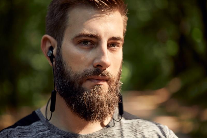 Ein Mann hört beim Laufen Musik