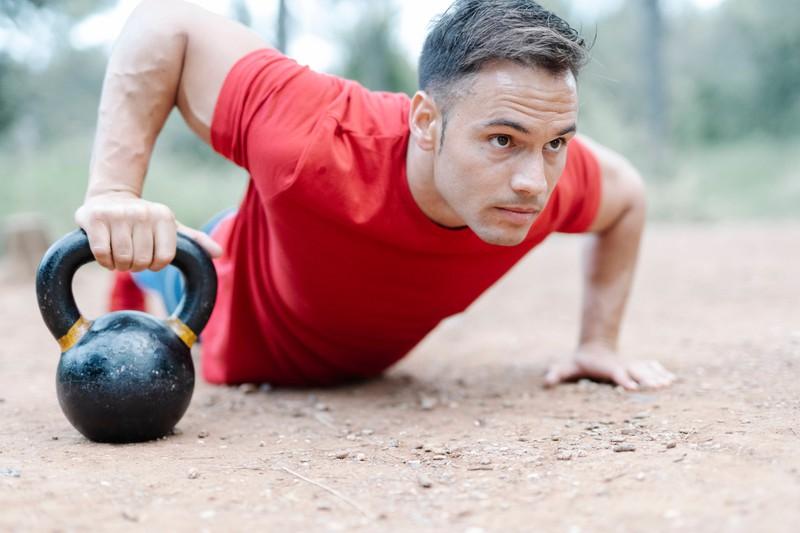 Ein Mann macht schwere Sportübungen