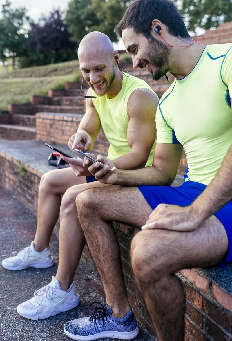 Zwei Männer feiern ihre Erfolge nach dem Training