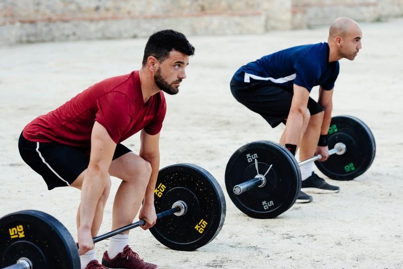 Zwei Männer trainieren zusammen, um sich gegenseitig zu motivieren