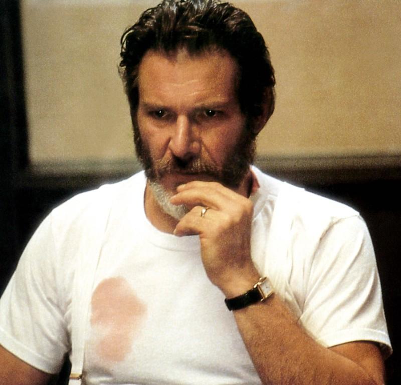 Ein Mann hat Flecken auf dem Hemd