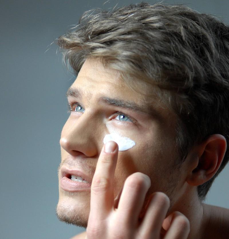 Ein Mann trägt Gesichtscreme auf