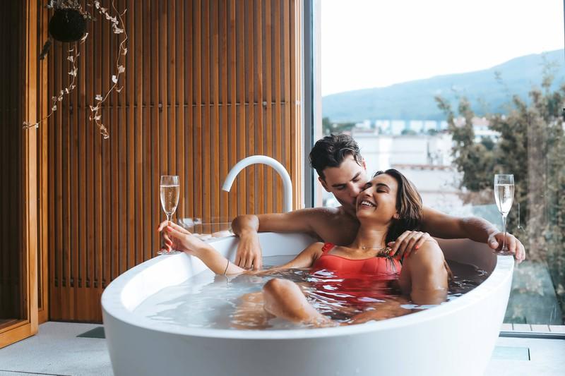 Ein Mann und eine Frau genießen Zeit zu zweit in der Badewanne