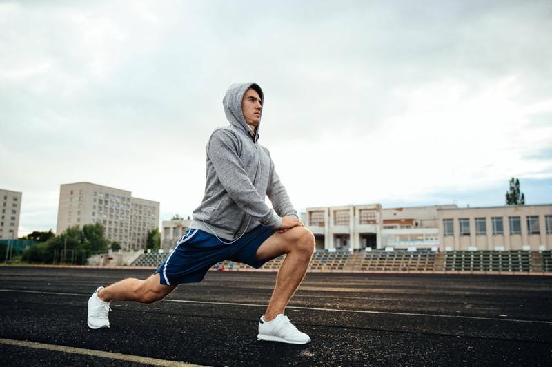 Ein Mann macht alleine Sport