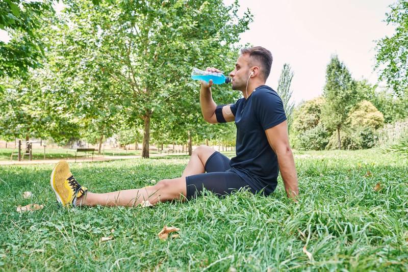 Ein Mann macht Beinübungen, um fit zu bleiben ohne Fitnessstudio.