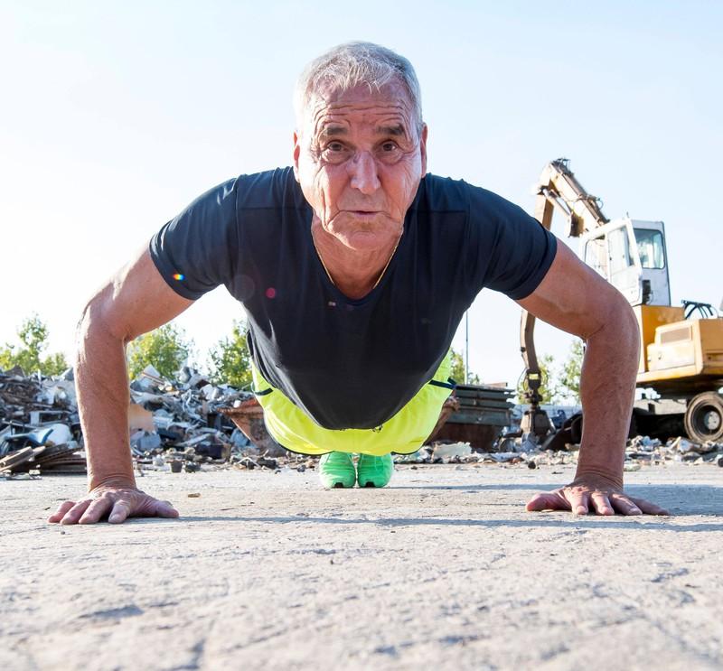 Ein Mann macht Training für seine Beine