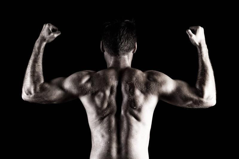 Ein Mann zeigt seine trainierten Muskeln