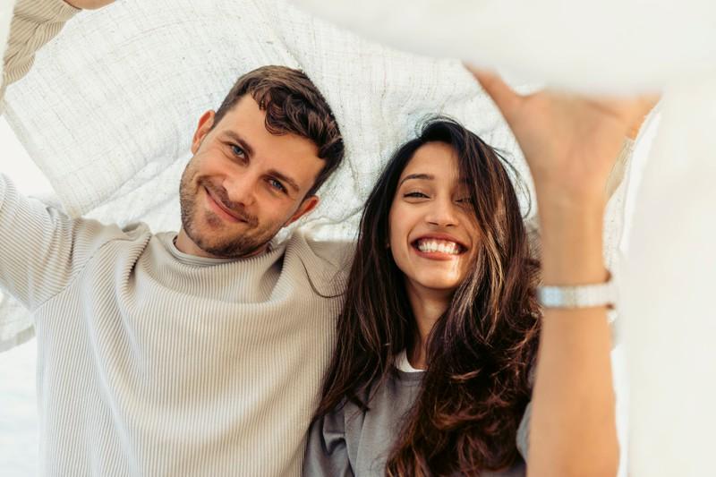 Ein Mann ist glücklich mit seiner neuen Freundin