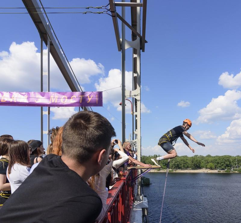 Ein Mann probiert Bungee Jumping aus als Neujahrsvorsatz