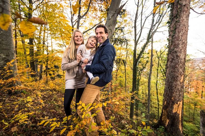 Eine Familie unternimmt zusammen einen Ausflug