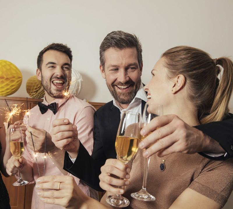 Zu Silvester feinern Freunde und haben Neujahrsvorsätze