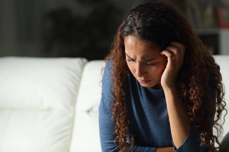 Eine Frau ist still wegen einer Beziehungskrise