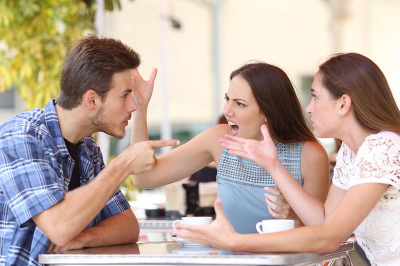 Streit über Beziehungen: Eine Frau beleidigt ihren Freund