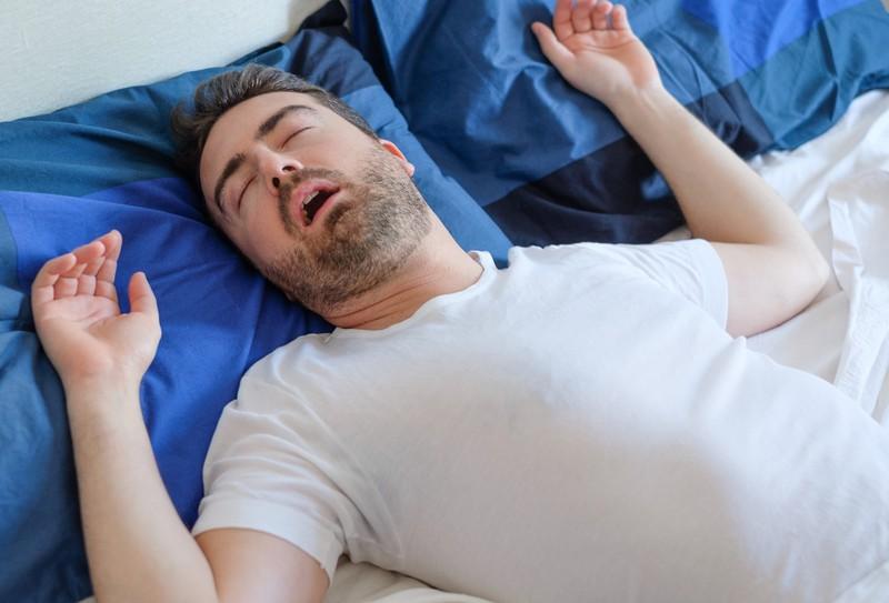Ein Mann ist krank im Bett