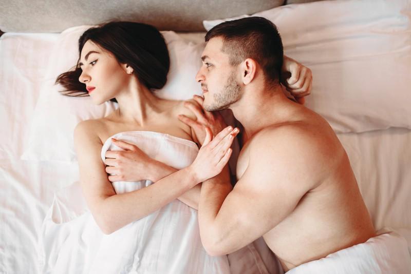 Ein Mann kann keinen Geschlechtsverkehr mit seiner Freundin haben