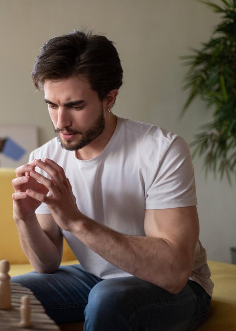 Ein Mann leidet unter Stress