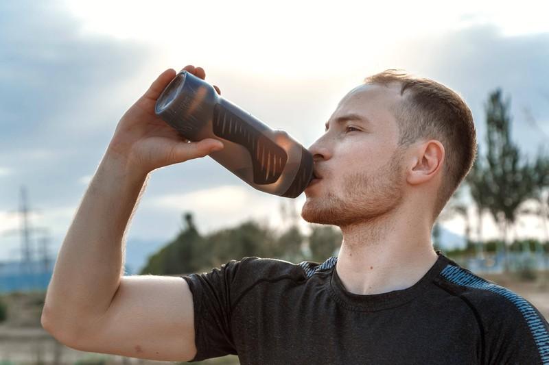 Das Bild zeigt einen Läufer, der die Trainingsmethode probiert, um besser Joggen zu können