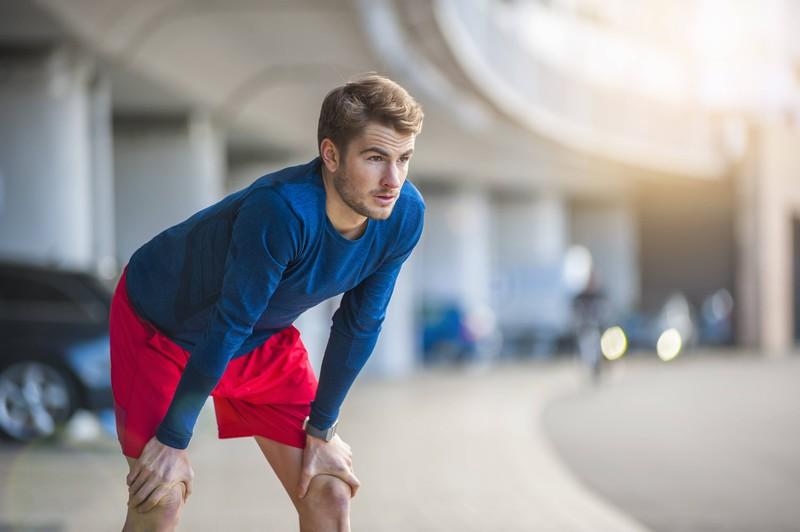 Ein Foto eines Mannes, der Joggen geht, sodass der Effekt beim Abnehmen größer ist