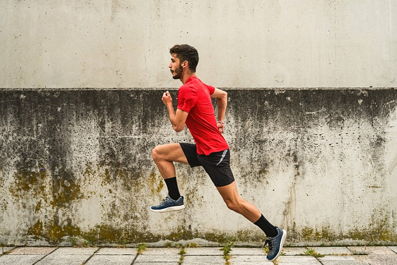 Ein Jogger, der die 30-20-10-Formel anwendet, um abzunehmen und fit zu werden